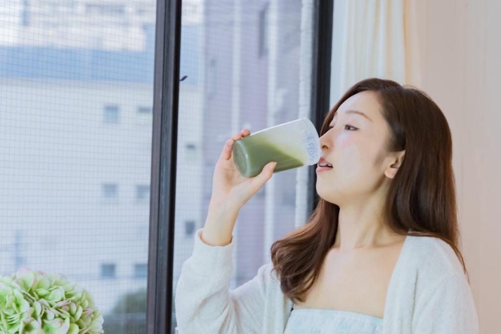 フルーツ青汁を飲む女性