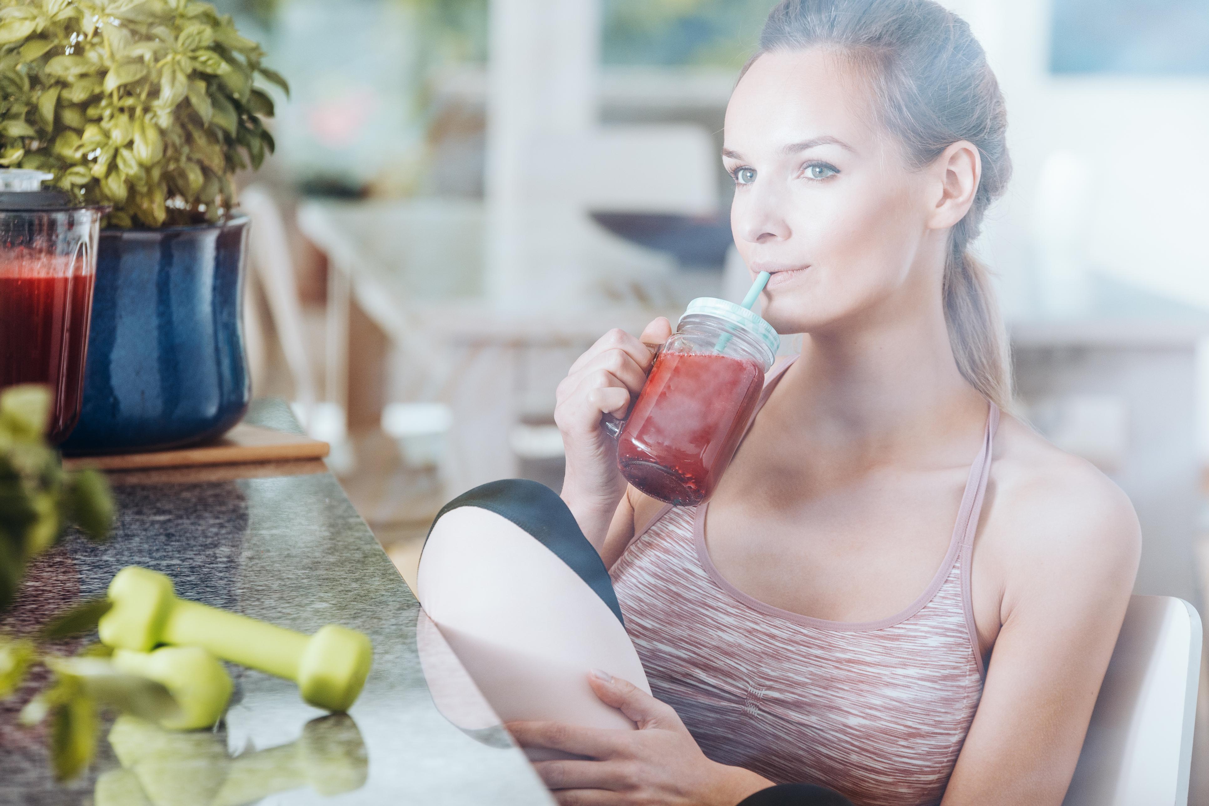 ファスティングドリンクを飲む女性