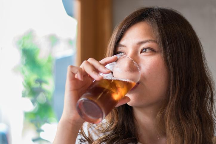 ダイエットドリンクを飲む女性